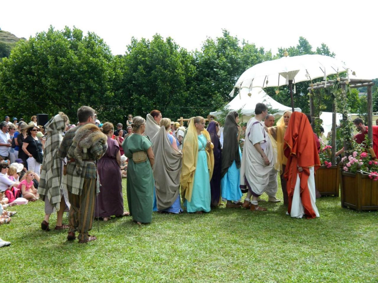 Couple de nobles arvernes assistant à une évocation de mariage romain