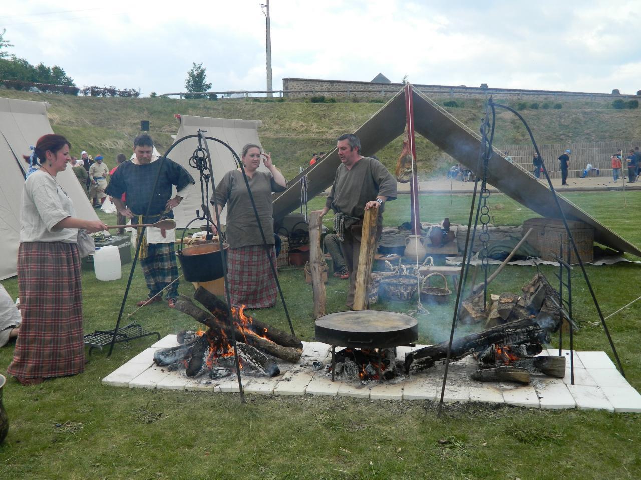 Vue du camp arverne et de la troupe - 2