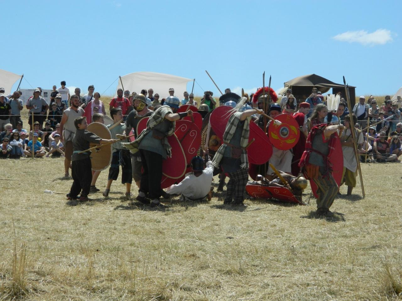 Reconstitution d'une mêlée entre troupe arverne et légion romaine