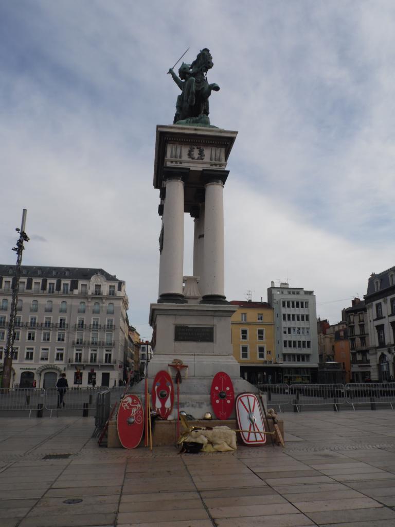 Armes et enseigne au pied la statue de Vercingétorix